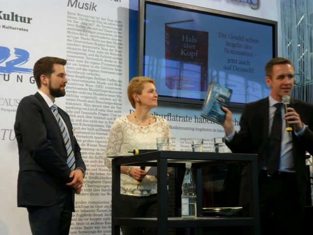 Presentation of Hals über Kopf at Frankfurt Music Fair 2014, the author and her German editor, Arne Muus, being interviewed by Edition Peters Managing Director Hermann Eckel  (JPG, 60Kb)